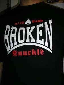CAMISETA BROKEN KNUCKLE HATE NEGRA Y BLANCA CHICO