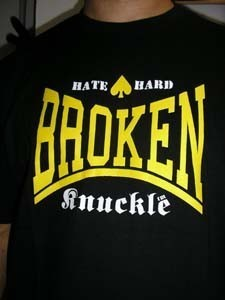 CAMISETA BROKEN KNUCKLE HATE NEGRA Y AMARILLA CHICO