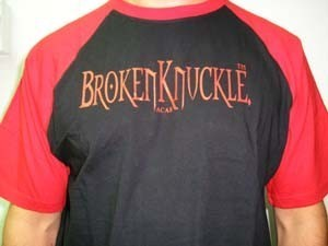 CAMISETA BROKEN KNUCKLE NEGRA/MANGAS ROJAS CHICO